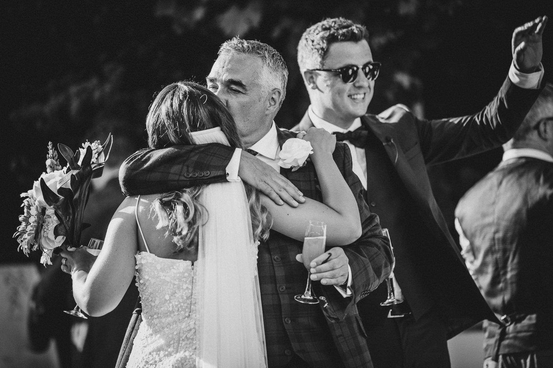 abbraccio-papà-sposa-matrimonio-villa-eva-ravello-francesco-ferrarini