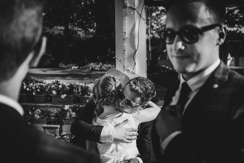 abbraccio-sposo-figlia-matrimonio-villa-eva-ravello-francesco-ferrarini