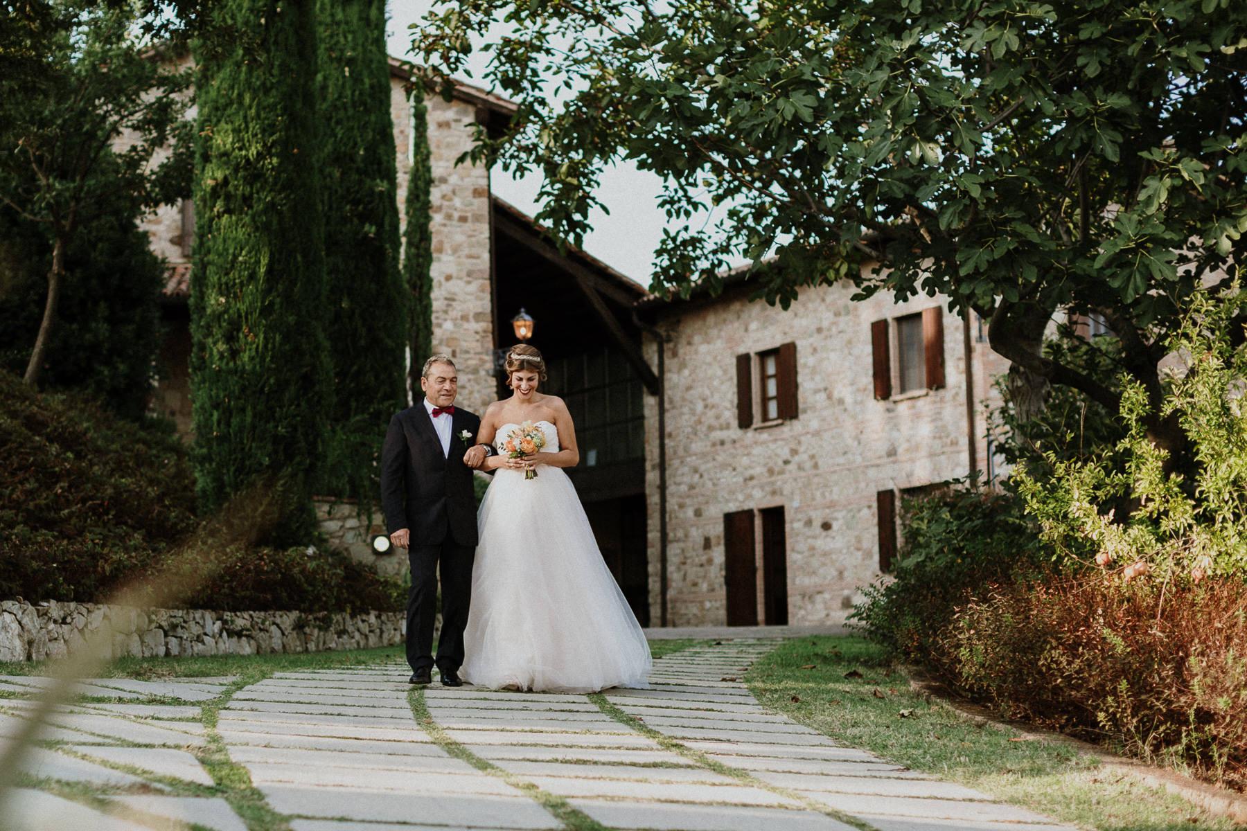 fotografo-matrimonio-monte-gesso-arrivo-cerimonia-civile-sposa-francesco-ferrarini