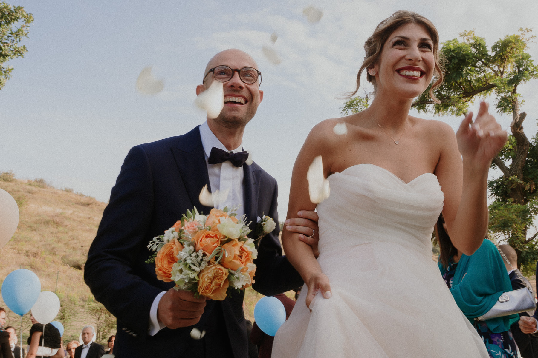 fotografo-matrimonio-monte-gesso-cerimonia-lancio-petali-sguardi-francesco-ferrarini